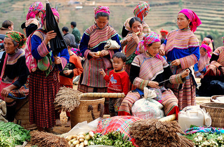 Hmong women selling their products at Can Cau market