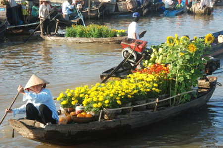Flower selling in Cai Rang Floating Market