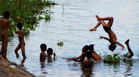 Kids playing in Tonle Sap River - Phnom Penh